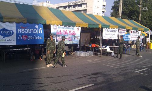ทหารพร้อมช่วยเหลือในการโบกรถให้ มีเต้นท์ให้นั่งรอ