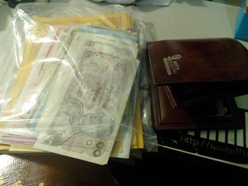 เงินก้นถุงใส่เข้าไปในกระเป๋าใหม่