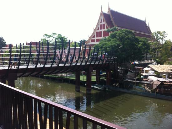 สะพานสันติ ตลาดน้ำขวัญเรียม